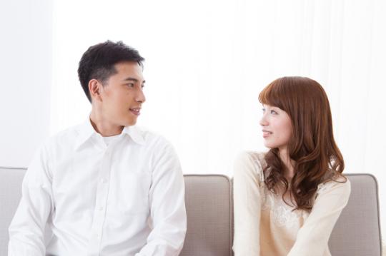 付き合ってないのに女性を家に誘う男性の心理とその対応方法